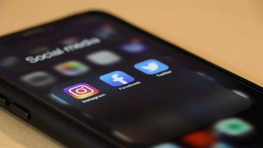 Display di uno smartphone in cui si vedono in evidenza le icone di Instagram, Facebook e Twitter