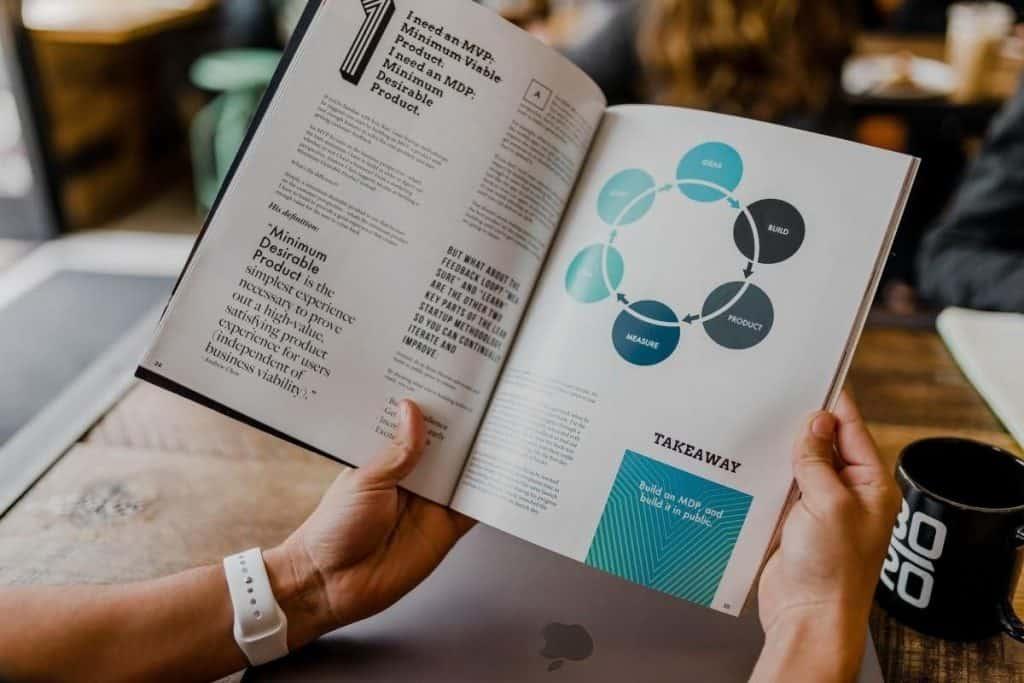 Persona che legge un libro sul marketing