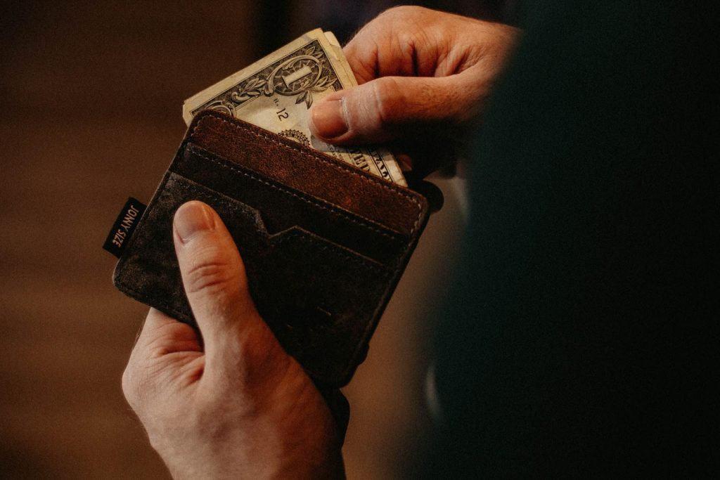 Immagine che raffigura un portafoglio con dei soldi