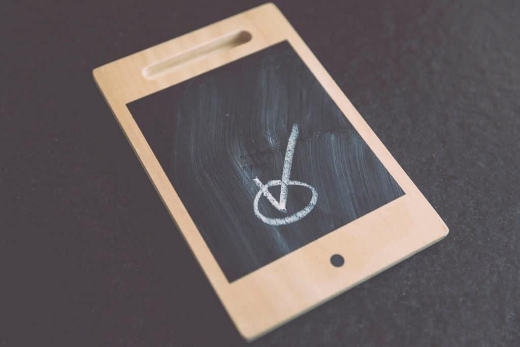 """Immagine che raffigura il simbolo """"check"""" nello schermo di uno smartphone"""